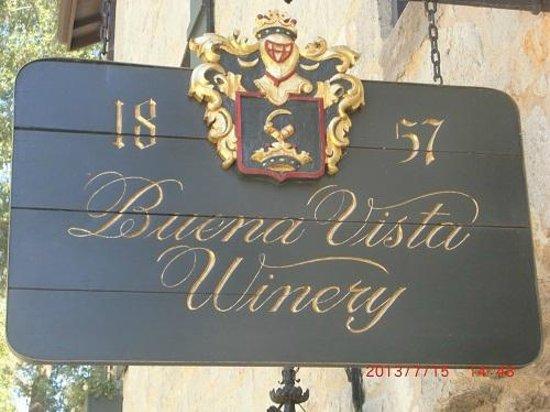 Buena Vista Winery: ワイナリー倉庫の入口頭上の看板