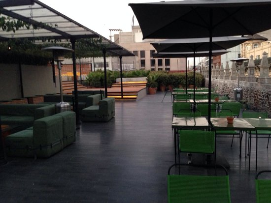 Downtown Beds: Rooftop bar/pool area in the morning