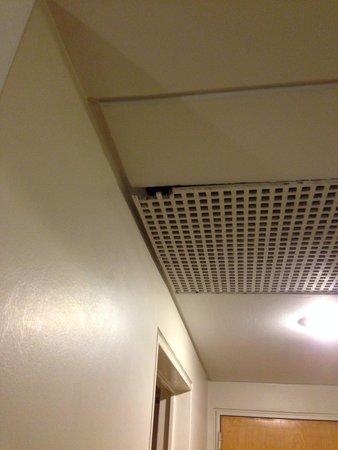 Amerian Cordoba Park Hotel: Tapa de aire de techo Habitación 203 el 19/06/14
