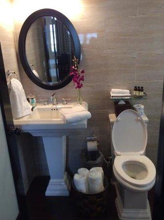 Hotel Croydon: Cute bathroom!