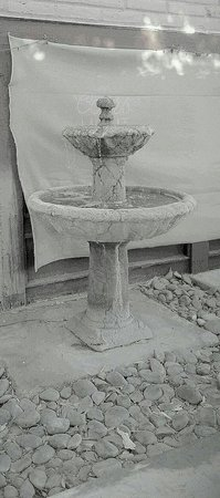 Daisy Mae's Steak House: Patio fountain