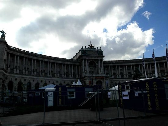 Sección del Hofburg Neue Burg visto desde la Plaza de los Héroes o Heldenplatz.