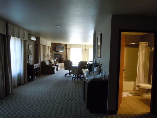Holiday Inn Express Hotel & Suites Gold Miners Inn-Grass Valley: living room from the bedroom door