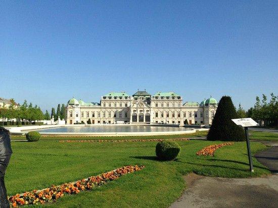 Belvedere Palace Museum: frente de PAlacio con lago propio