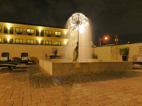 Sole Inn and Suites: The fountain in the courtyard
