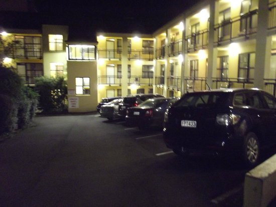 Victoria Court Motor Lodge: night view of Victoria Court
