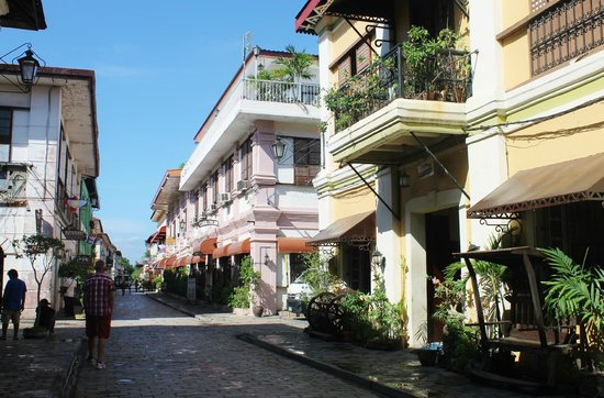 Cordillera Inn: Nice sunny day. a glimpse of the hotel