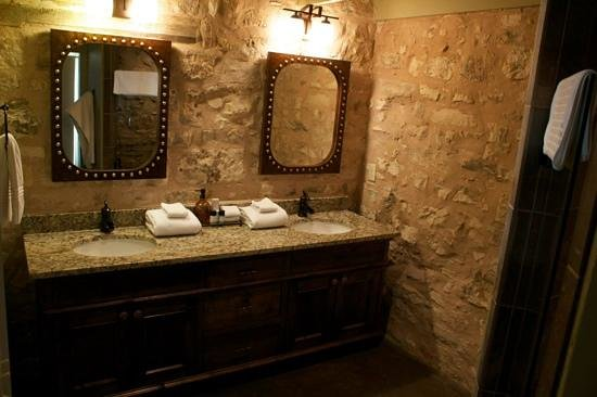 Wine Country Cottages on Main: gorgeous bathroom