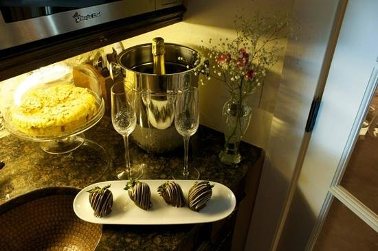 Wine Country Cottages on Main: chocolate covered strawberries and champgane