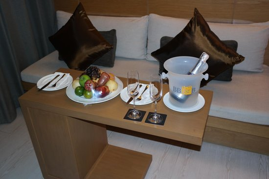 Avista Phuket Resort & Spa : fresh fruits and sparkling wine