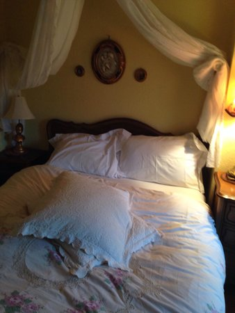 Gingerbread Cottage Bed and Breakfast : Our wonderful bed in the lavender room