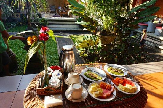 Duana's Homestay: Petit-déjeuner sur notre terrasse privée, devant la chambre
