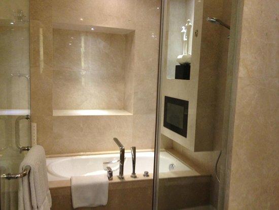 DoubleTree by Hilton Hotel Guangzhou : Bathroom