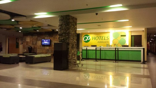 Go Hotels Dumaguete: Reception area at night (June 17, 2014)