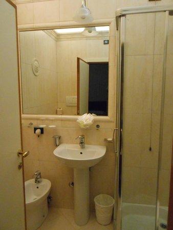 Hotel Carlton Capri: baño muy completo