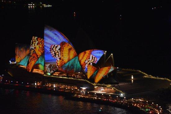 Shangri-La Hotel Sydney : viewed from the room, opera house vivid lights