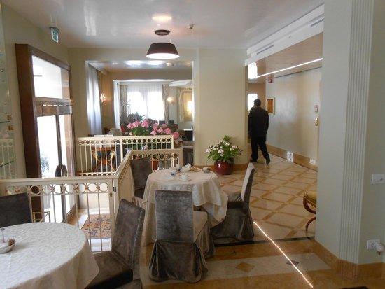 Hotel Carlton Capri: Recepciòn, desayunador