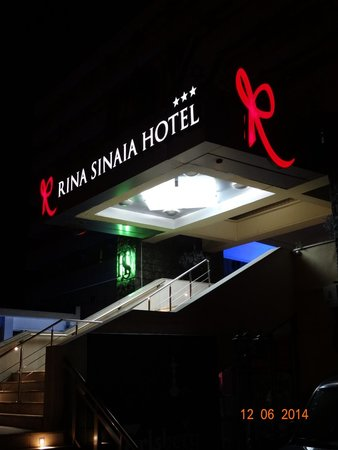 Hotel Rina Cerbul: Главный вход