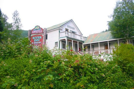 Downieville River Inn and Resort: Front of Inn with lovely lanscaping