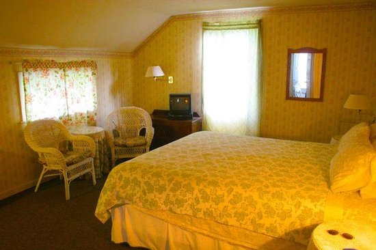 Downieville River Inn and Resort: King Room with kitchenette in Main Bldg.