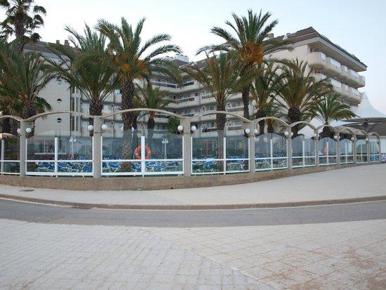 Hotel Caprici: Widok na hotel od strony plaży