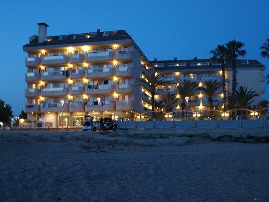 Hotel Caprici: Hotel wieczorem
