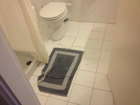 Messonghi Beach Resort : Put a towel over the drain