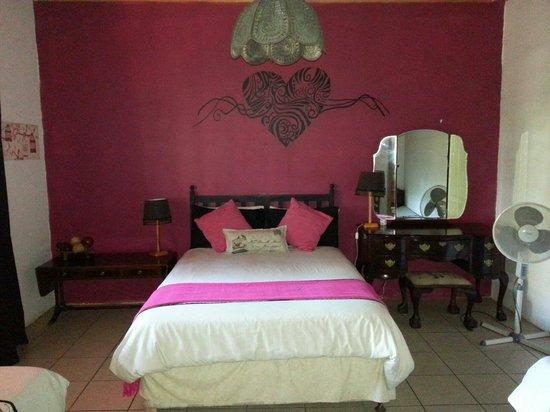 Orange Elephant Backpackers: Kait's room inside the house