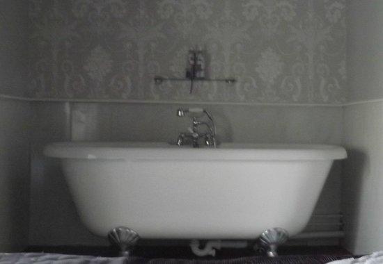 Coach House Hotel: The lovely bath in room 6