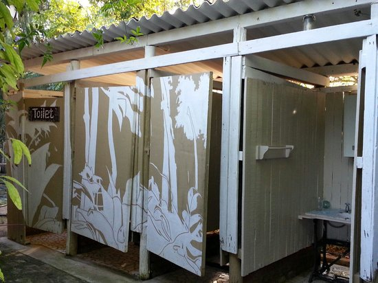 Orange Elephant Backpackers : Oustide showers and toilet ..