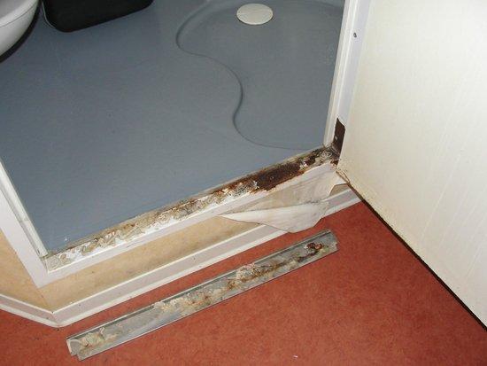 Hotel Cap Europe: En tombant, car mal collé, le seuil de porte laisse apparaître la rouille qui gagne