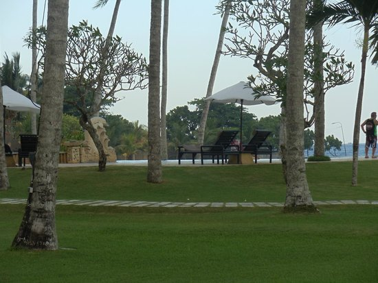 Candi Beach Resort & Spa: lawn, pool and sea