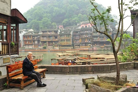 Zhashui County, Chiny: and old man enjoys the morning