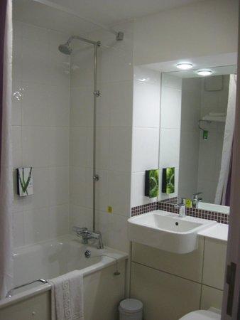 Premier Inn London Stansted Airport Hotel: Bathroom