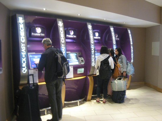 Premier Inn London Stansted Airport Hotel: Hotel check in