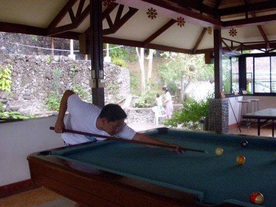 Eagle Point Resort: Husband playing pool