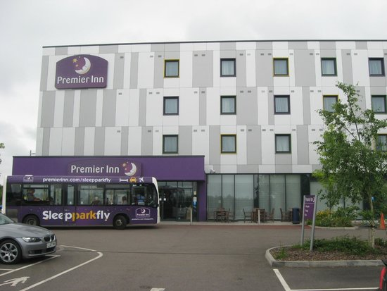 Premier Inn London Stansted Airport Hotel: Entrance and shuttle bus