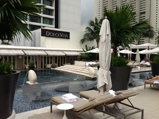 Mandarin Oriental, Singapore: Pool side looking over at Dolce Vita restaurant