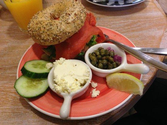 Bagels & Beans: Bagel (Everything) mit Lachs, Kapern, Zwiebeln