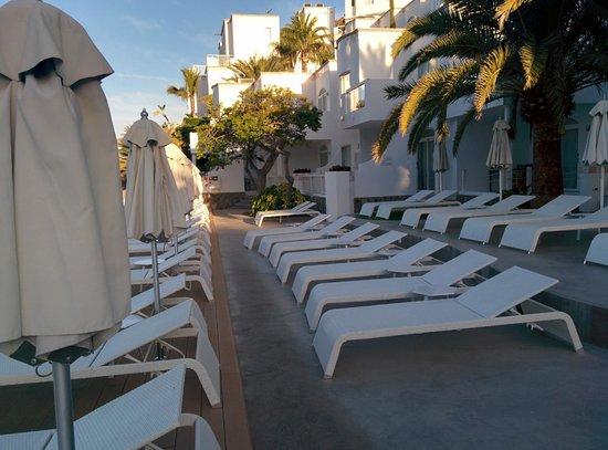 Marina Bayview: poolside sun area early morning