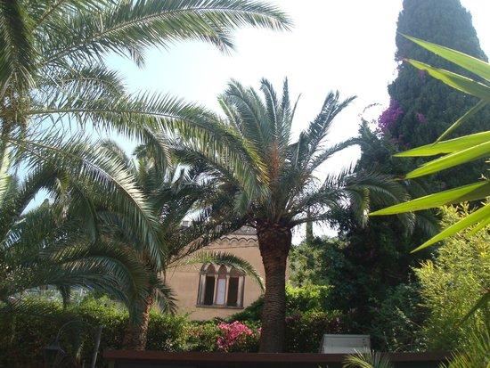 Hotel La Pensione Svizzera: shady garden next door to a quiet church - perfect