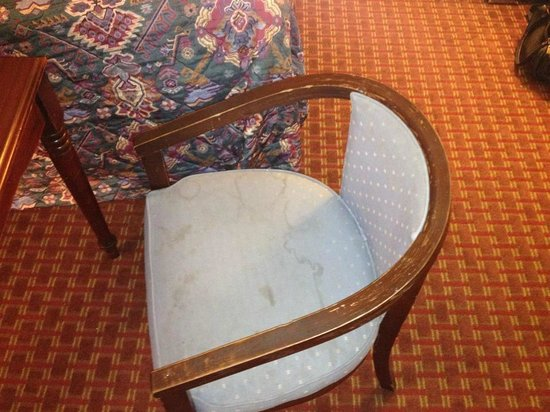 Days Inn Airport Nashville East : stained chair