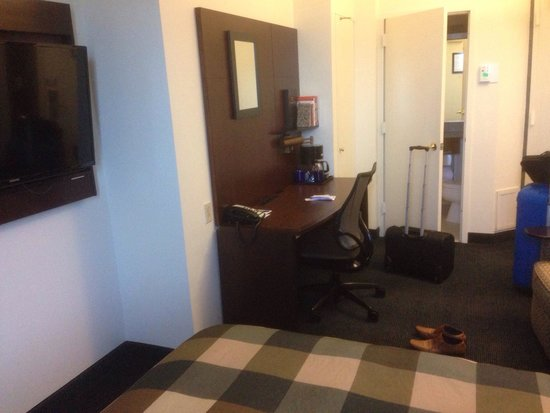 Club Quarters Hotel in Washington, D.C.: Slightly congested room. But amenities are really decent for the business traveller.