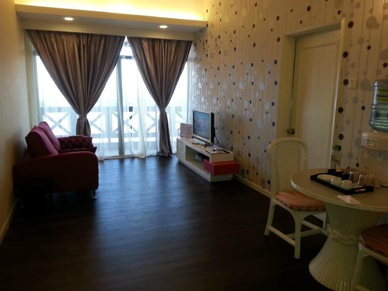 Jetty Suites: Living room
