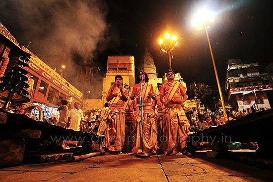 Dasaswamedh Ghat: front aarti start up