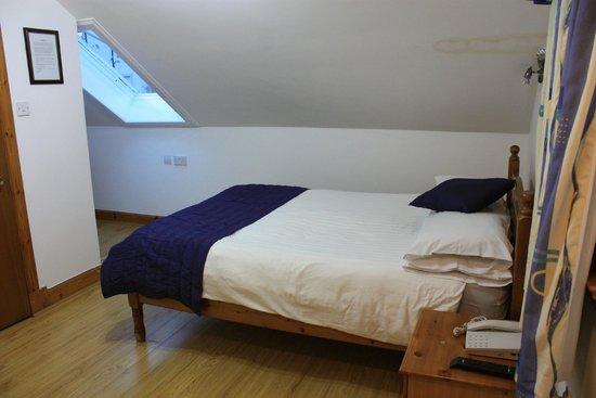 Victorian House: Кровать