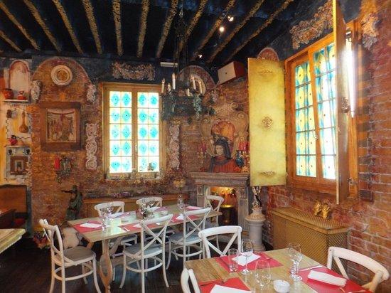 Lorenzo & Kakalamba : Decor inside the Restaurant