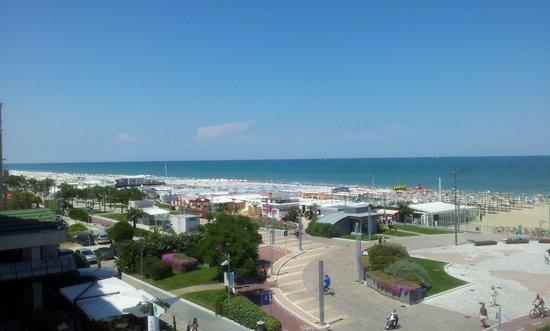 Hotel Sarti: Blick Balkon Promenade/Meer