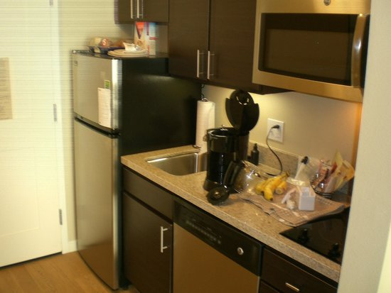 TownePlace Suites Lancaster: Kitchen with all the essentials.