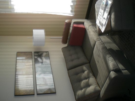 TownePlace Suites Lancaster: Relaxing couch and makeshift dining table